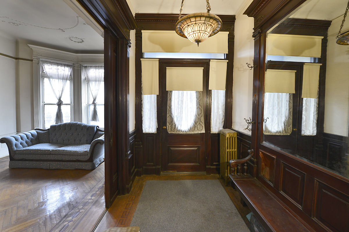 Rare And Stately Stuyvesant Heights Townhouse Photo 3 - BROWNSTONER-LISTING-af70c594004fcf408cbf37e26e74d38b